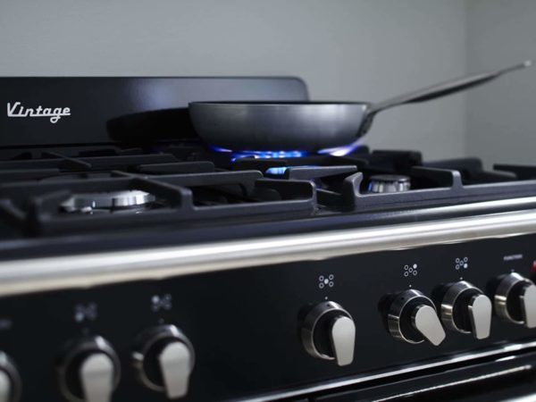 DEFV908BK-freestanding-vintage-cooker-lifestyle1-1440×1080
